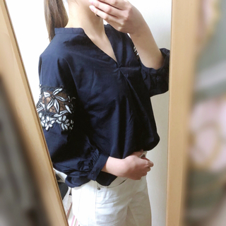 GU - GU 袖フラワーレース ネイビーシャツ