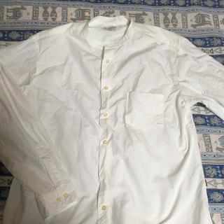 コモリ(COMOLI)の未使用マニュアルアルファベットバンドカラーシャツ(シャツ)