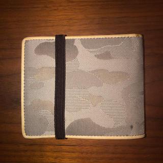 アベイシングエイプ(A BATHING APE)のape エイプ カモフラ柄二つ折り財布ゴムバンド付(折り財布)