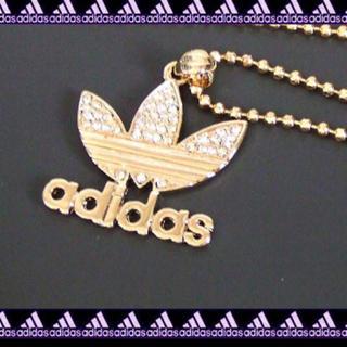 アディダス(adidas)の◇ラインストーンでかメタルロゴネックレス◇ゴールド(ネックレス)