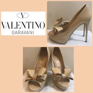 ヴァレンティノガラヴァーニ(valentino garavani)のバレンチノ ベージュパテント リボン パンプス(ハイヒール/パンプス)