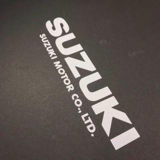 スズキ(スズキ)のSUZUKI カンパニーネーム入り カッティングステッカー 白(車外アクセサリ)
