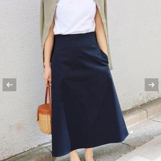 イエナ(IENA)のIENA コンパクトサテントラペーズスカート ネイビー38(ロングスカート)