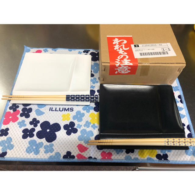 dinos(ディノス)のお箸が置けるパレット皿 幅13㌢ 白黒各2枚4枚セット インテリア/住まい/日用品のキッチン/食器(食器)の商品写真