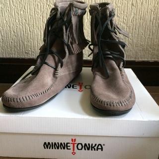 ミネトンカ(Minnetonka)のミネトンカ新品正規品◇ダブルフリンジ トランパーブーツ グレー(ブーツ)