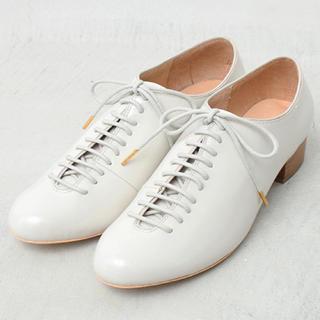 アトリエドゥサボン(l'atelier du savon)の牛革エナメル リボンシューズ(ローファー/革靴)