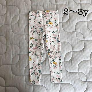 エイチアンドエム(H&M)のH&M  春っぽ 桜と蝶 ホワイトパンツ(パンツ/スパッツ)