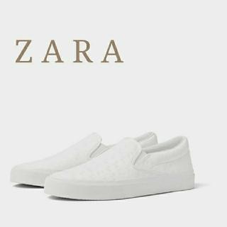 ザラ(ZARA)のZARA エンボス加工入り ホワイト スリッポン メンズ スニーカー 27cm(スリッポン/モカシン)