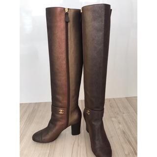 シャネル(CHANEL)のシャネルのロングブーツ、ブロンズブラウン、サイズ37(24センチ)(ブーツ)