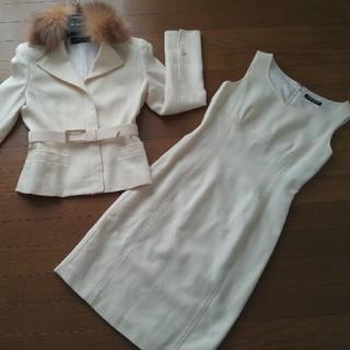 グレースコンチネンタル(GRACE CONTINENTAL)のファイナルステージ白フォックスファーベルトジャケットワンピーススーツ ツーピース(スーツ)