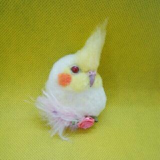 羊毛フェルト 白オカメインコ小さめブローチ 赤目 ピンク花(コサージュ/ブローチ)
