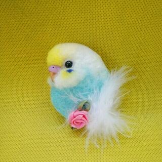 羊毛フェルト セキセイインコ小さめブローチ 白×水色×黄色頭(コサージュ/ブローチ)