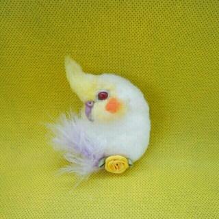 羊毛フェルト 白オカメインコ小さめブローチ 赤目 黄色花(コサージュ/ブローチ)