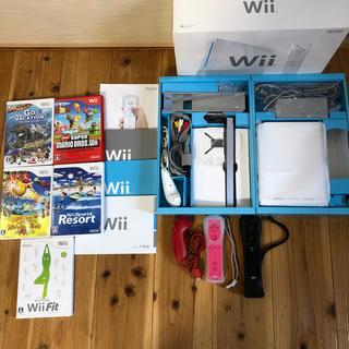 ウィー(Wii)のWii本体 人気ソフト5本・Wiiリモコン2個・ヌンチャク2個(家庭用ゲーム本体)