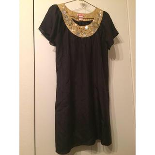 ビーシービージーマックスアズリア(BCBGMAXAZRIA)のブラックドレス ビジュー シルク100% フォーマルもカジュアルも(ミディアムドレス)