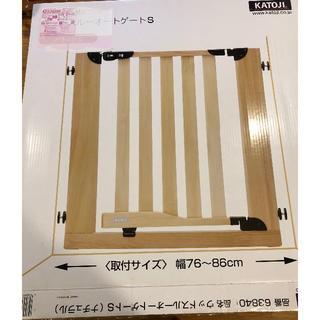 カトージ(KATOJI)の美品・説明書付 ウッドスルーオートゲートS ナチュラル(ベビーフェンス/ゲート)