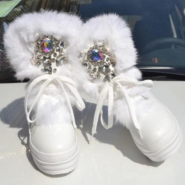 【大人気】ラビットファー ラインストーン 厚底 冬用 レディース ブーツ 白 レディースの靴/シューズ(ブーツ)の商品写真
