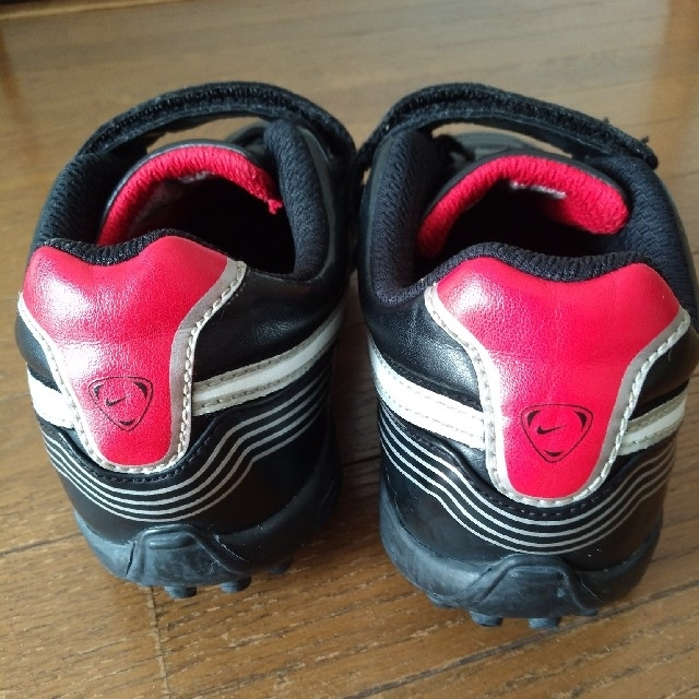 NIKE(ナイキ)のナイキ サッカーシューズ スニーカー  22cm スポーツ/アウトドアのサッカー/フットサル(シューズ)の商品写真