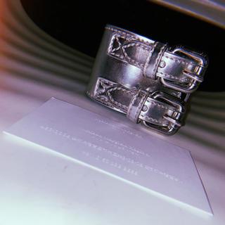 マルタンマルジェラ(Maison Martin Margiela)の【新品同様】MM6 バングル 2連ベルトブレスレット シルバー マルジェラ (ブレスレット)