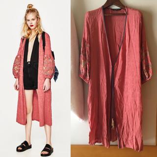 ザラ(ZARA)のZARA購入) ピンクの刺繍入り 着物風ジャケット  コート ガウン(ガウンコート)