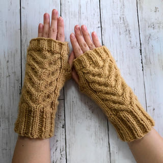 手編み☆洗濯機で洗える 模様編みハンドウォーマー/キャメル(手袋)