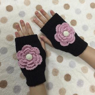 手編み☆大きなお花のハンドウォーマー/黒×ピンク(手袋)