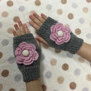 手編み☆大きなお花のハンドウォーマー/グレー×ピンク(手袋)