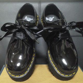 ドクターマーチン(Dr.Martens)の【極美品】Dr.Martens HOLLY UK5 黒 厚底 パテント(ローファー/革靴)