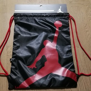 ナイキ(NIKE)の新品 NIKE AIR JORDAN ナップサック 赤 黒 ブルズ 送料込み(体操着入れ)