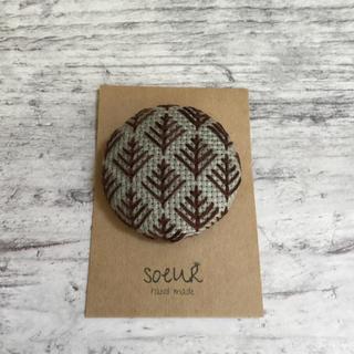 刺繍ブローチ gray 北欧 ブラウン(コサージュ/ブローチ)