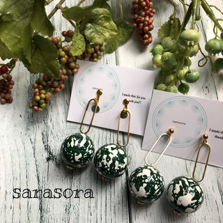 326 green ball×white paint earrings(ピアス)