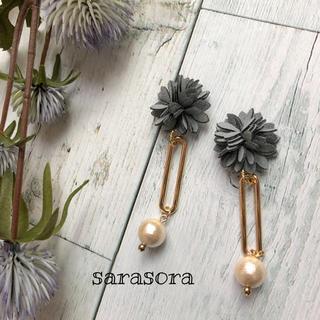 377 grey フェイクレザーのお花とパールのピアスorイヤリング(ピアス)