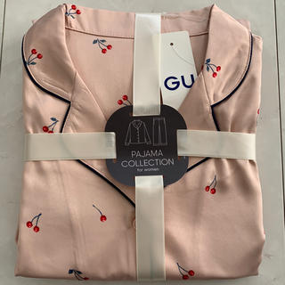 ジーユー(GU)のGU ジーユー サテン チェリー柄 パジャマ M 新品 ピンク(パジャマ)