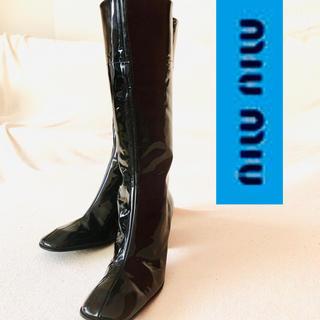 ミュウミュウ(miumiu)の新品同様◆miumiuミュウミュウ 黒エナメルレザーブーツ   38 24(ブーツ)