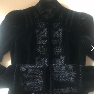 ビーシービージーマックスアズリア(BCBGMAXAZRIA)の BCBG MAXAZRIA 刺繍 ベロアジャケット 黒(ノーカラージャケット)