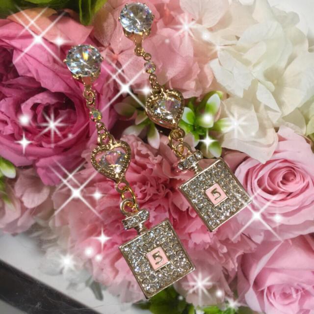 iphone8 ケース disney 、 キラキラジルコニア香水チャームピアスの通販 by デコショップ  雅|ラクマ