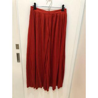 ジーユー(GU)のGU プリーツワイドパンツ 赤 美品(カジュアルパンツ)