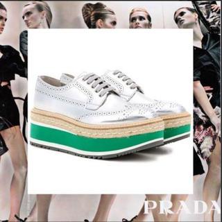 プラダ(PRADA)のプラダ 靴 プラットフォーム ウィングチップ 厚底 シルバー(ローファー/革靴)