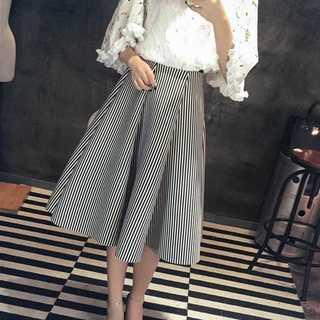 ダイバーポンチ素材スカート*フレアスカート*シロストライプ*新品(ひざ丈スカート)