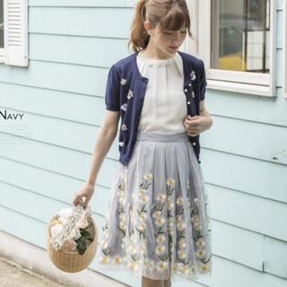 トッコ(tocco)の新品タグ付き マーガレット刺繍チュールストライプスカート(ひざ丈スカート)