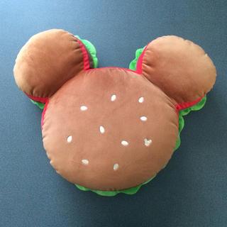 ディズニー(Disney)の【在庫少★新品未使用】ミッキー ハンバーガー ダイカット クッション(クッション)