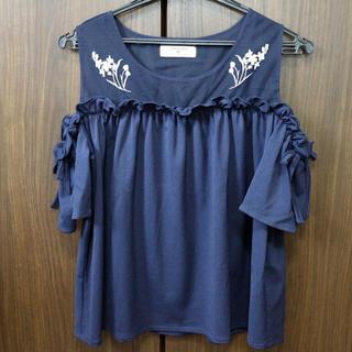 しまむら - 【美品】しまむら 刺繍入り ショルダーカットトップス ネイビー 紺色