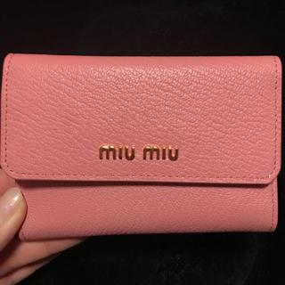 ミュウミュウ(miumiu)のmiumiu 折りたたみ財布 二つ折り財布 財布 ピンク(財布)