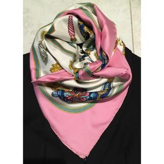 エルメス(Hermes)の美品 可愛いピンクの香水瓶 エルメス スカーフ カレ90(バンダナ/スカーフ)