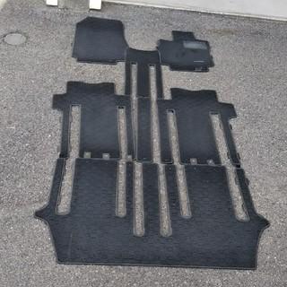ニッサン(日産)のC25セレナ フロアマット 1台分 黒色(車種別パーツ)