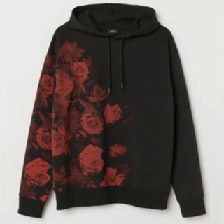 エイチアンドエム(H&M)の⭐︎ H&M ⭐︎ローズ パーカー XS 薔薇 バラ フラワープリント 花柄 黒(パーカー)