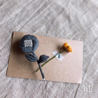 刺繍ブローチ  グレー(ブローチ/コサージュ)
