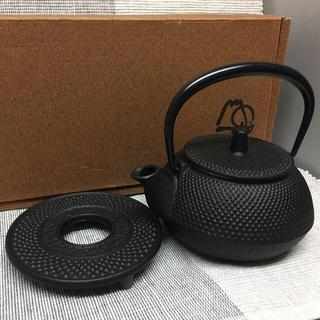 新品 南部鉄器 岩鋳 アラレ 鉄瓶 鍋敷付(調理道具/製菓道具)