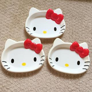 ハローキティ(ハローキティ)の❇︎ハローキティ プラスチック皿 3枚❇︎(キャラクターグッズ)