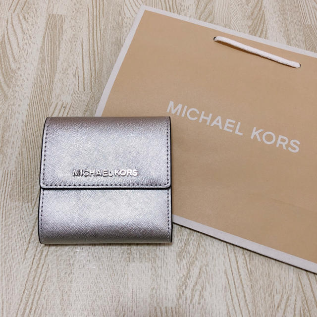 a24a2f2f8c19 ... 未使用 正規品. Michael Kors(マイケルコース)の大人気色!シルバー マイケルコース 二つ折り財布
